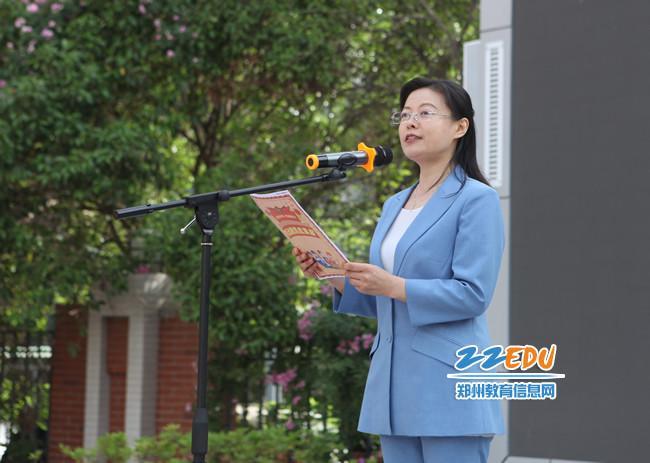 中原区教育局党组成员、副局长致欢迎词。