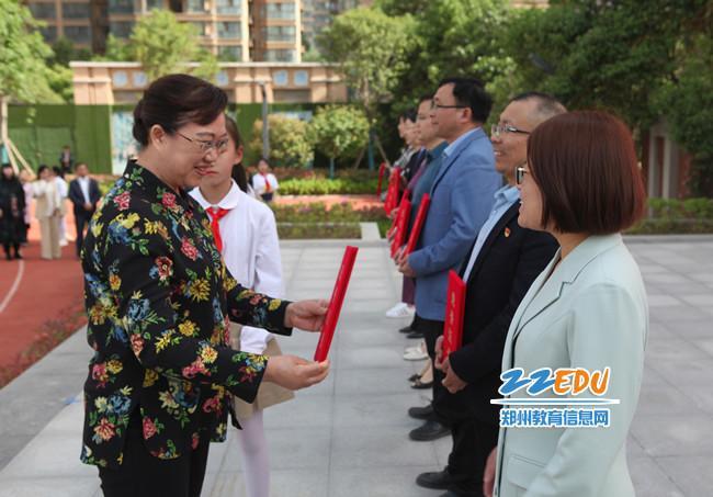 王海花为郑州市劳动教育区域推进典型单位颁奖