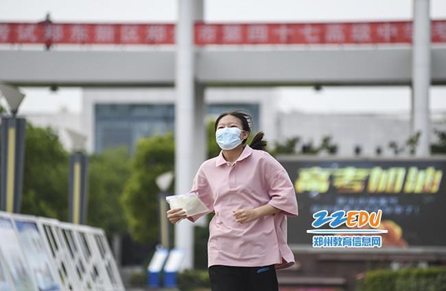 6月8日下午,高考结束后,第一个跑出考场的考生。