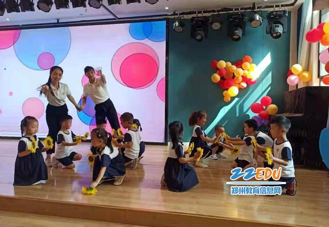 6.老师们与孩子们同台舞蹈庆祝建党一百周年