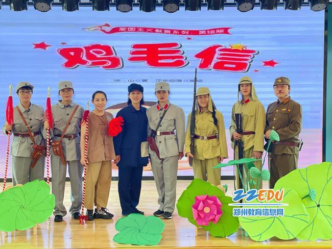 8.家长代表们为孩子们表演红色舞台剧