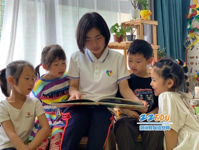 11.老师给孩子们讲故事