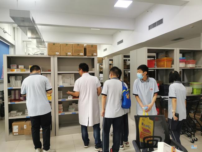 同学们走进药房了解药品