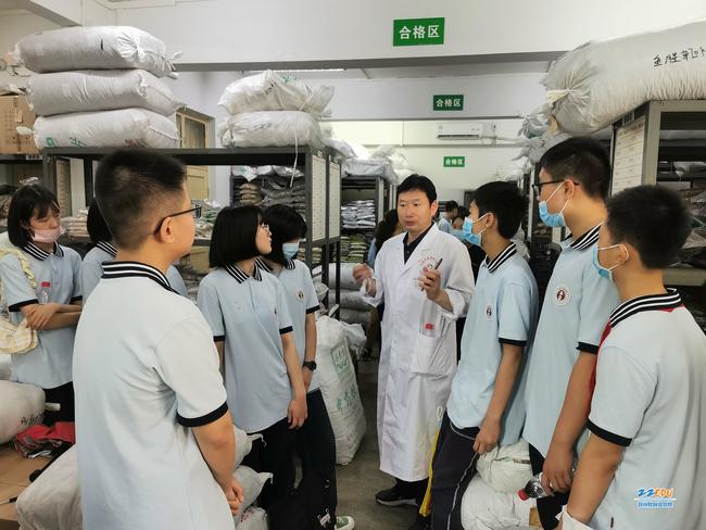 同学们走进中药库房了解工作流程
