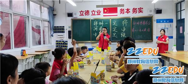 郑州市电子信息工程学校志愿者带领避险居民儿童学习手工制作
