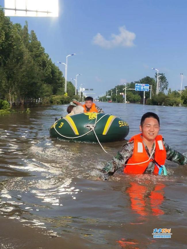 段凯亮与同事一起把受困群众送往安全地带