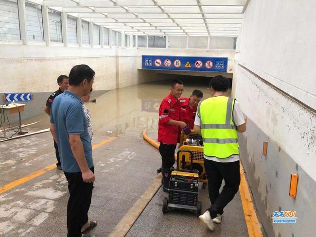 陕西救援队向郑州市第四十四高级中学校长张松晨介绍排水设备