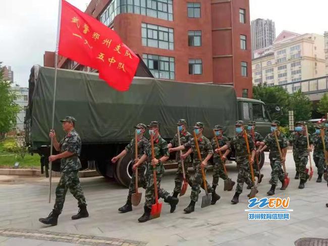郑州市武警支队机动大队在参谋长张文勇带领下驰援102高级中学重建家园