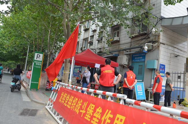 《【摩臣平台注册网址】党旗下那火热的志愿红!郑州市第十六高级中学全力支持第三轮核酸检测》