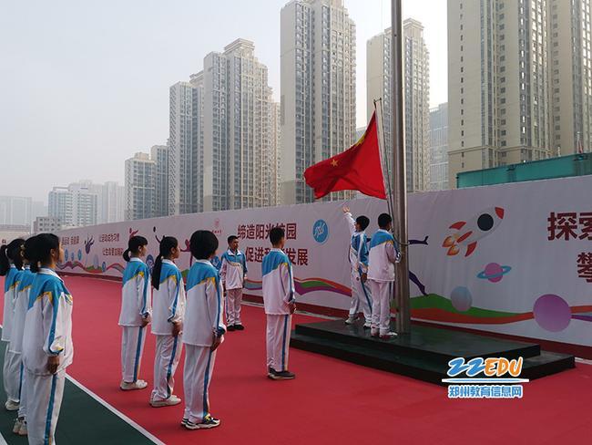 郑州市第四初级中学南校区举行升旗仪式 (1)