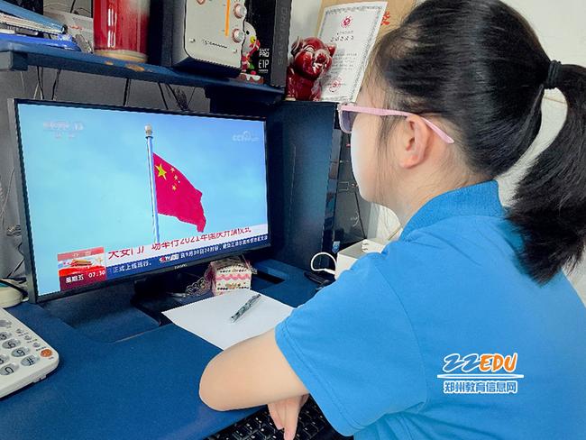 学校组织师生观看国庆庆典活动